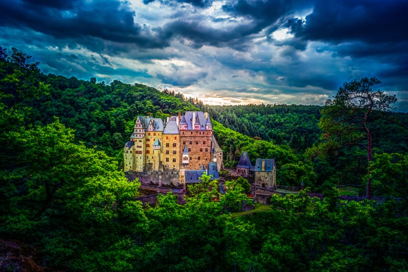 knowledge Story: #8 Eltz Castle in Germany is owned by the same family dynasty since the 12th century!