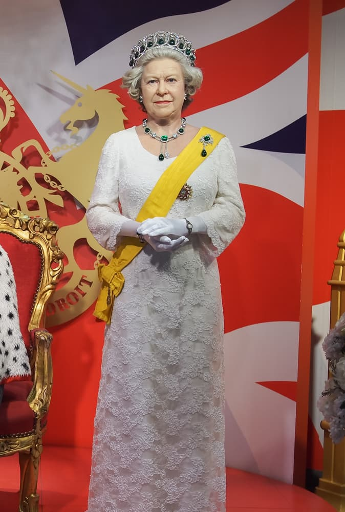 "funny Story: #6 Elizabeth II has a ""secret button"" in her bag"