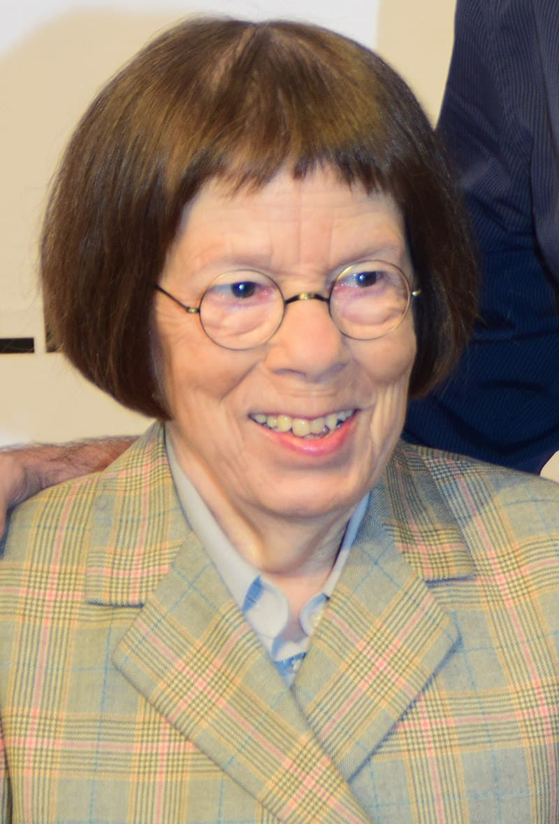 Culture Story: #18 THE FIRST ARTIST TO WIN AN OSCAR FOR PLAYING A CHARACTER OF OPPOSITE SEX: Linda Hunt