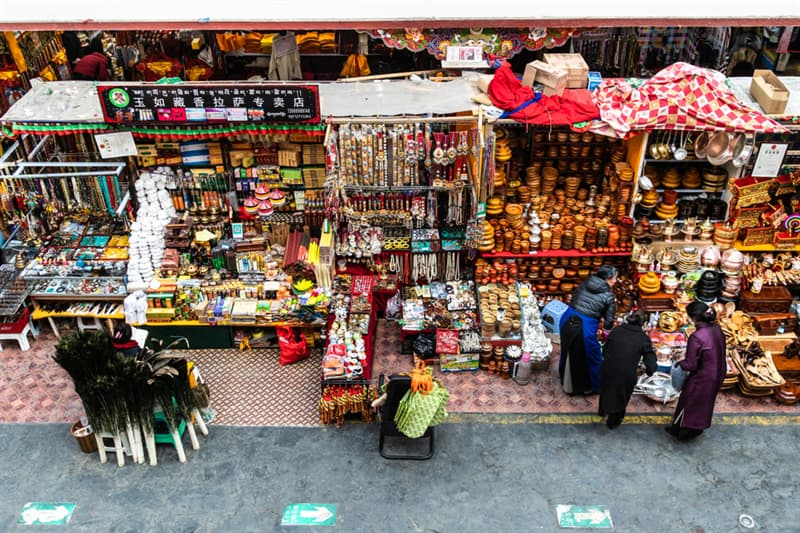 Geography Story: #5 People shop for traditional goods and handicrafts in the Dropenling market