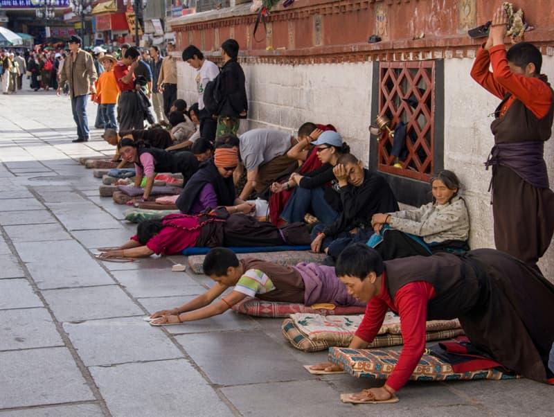 Geography Story: #9 Tibetan Buddhist pilgrims outside the Jokhang Temple