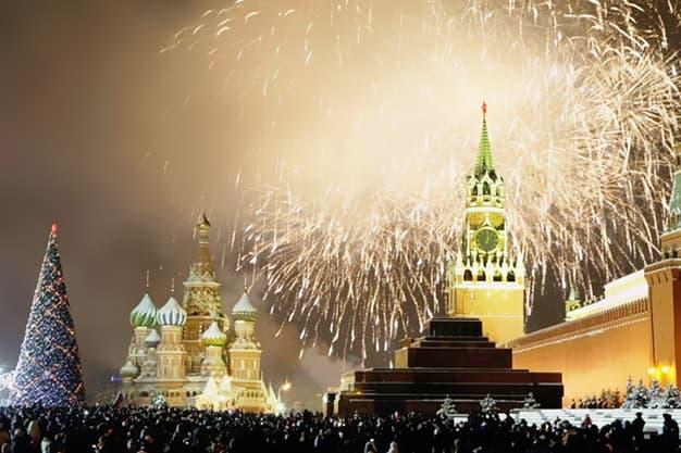 История Вопрос: С какого года в России Новый год празднуется 1 января?
