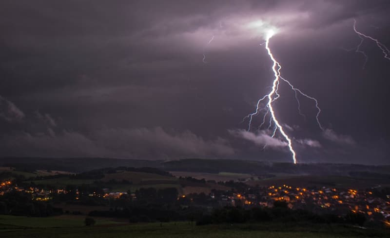 Science Trivia Question: How many volts are in lightning?