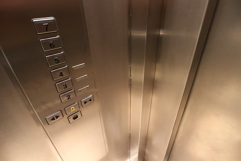 История Вопрос: Кем был построен первый механизм для вертикального перемещения людей и грузов, известный нам под названием лифт?