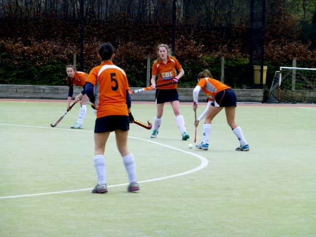 Спорт Вопрос: Со скольких метров пробивается пенальти в хоккее с мячом?