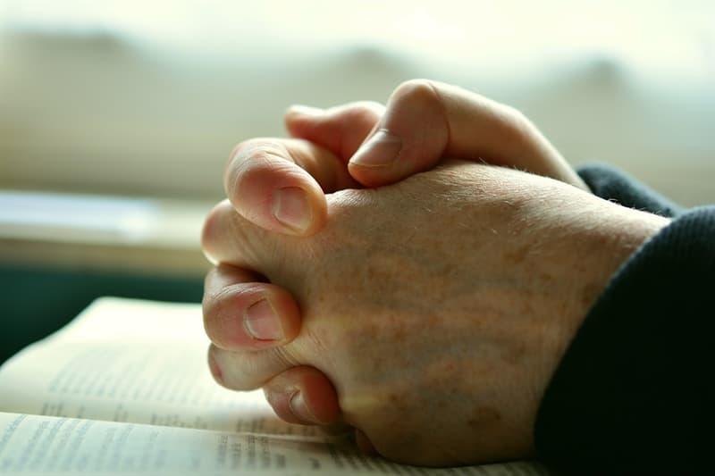 Kultur Wissensfrage: Wegen welches Verbrechens wurden die beiden Verbrecher, die mit Jesus gekreuzigt wurden, angeklagt?