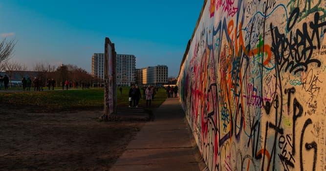 История Вопрос: Как называлась стена, которая разделяла Германию на две части?