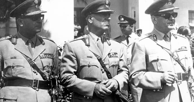 История Вопрос: Сколько длилась военная диктатура правого толка в Греции?