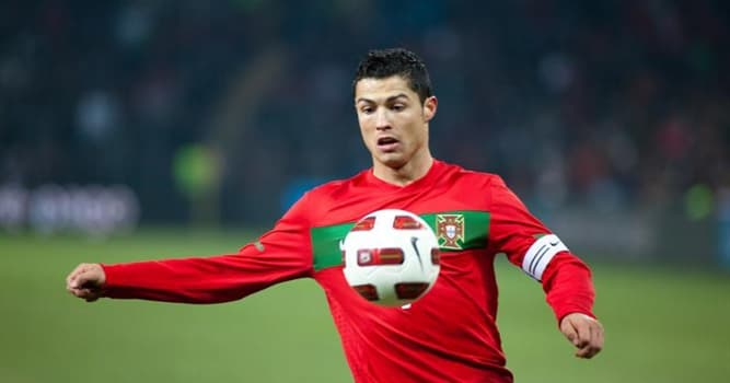 Спорт Вопрос: Какой известный футболист изображен на фото?