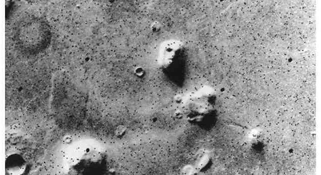 Наука Вопрос: Как называется разновидность зрительных иллюзий, когда смутный зрительный образ воспринимается как, например, лицо человека на поверхности Марса?
