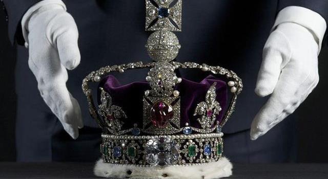 Historia Pregunta Trivia: ¿Cuántas coronas usó la reina Isabel II de Inglaterra en su coronación?