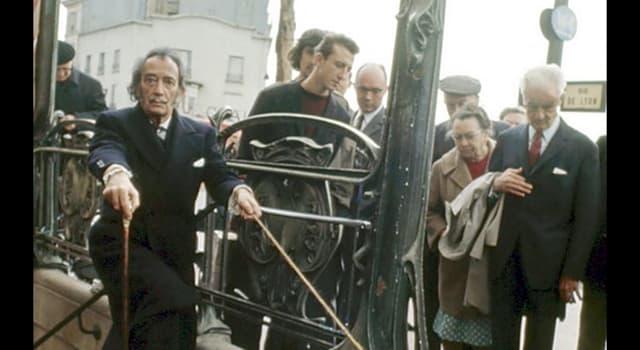 Cultura Pregunta Trivia: ¿Qué mascota paseaba el pintor surrealista Salvador Dalí en esta foto?