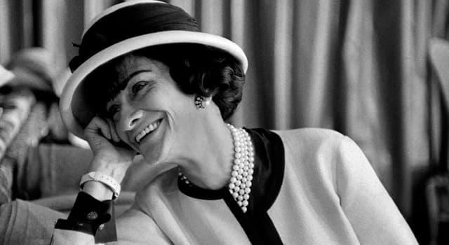 społeczeństwo Pytanie-Ciekawostka: Jaka słynna czarna odzież została spopularyzowana przez projektantkę mody Coco Chanel?