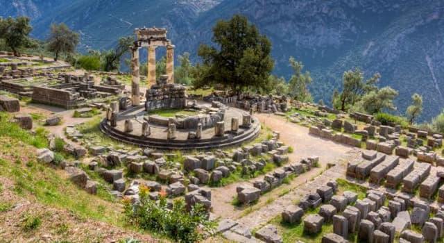 Historia Pregunta Trivia: ¿Qué se erigía en las laderas del Monte Parnaso que atraía tantos visitantes en la antigüedad?