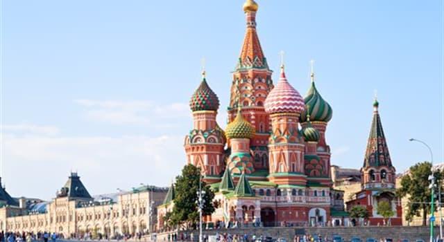 """Cultura Pregunta Trivia: ¿A qué hace referencia el nombre  """"Plaza Roja""""  por el que se conoce el emblemático sitio de Moscú?"""