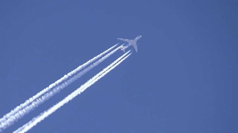 Суспільство Запитання-цікавинка: Дубайська авіакомпанія Emirates стала першою компанією, яка дозволила під час польоту робити що?