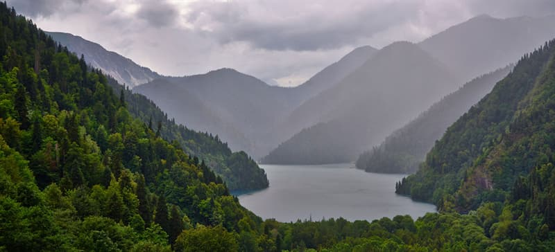 Географія Запитання-цікавинка: В яке озеро в Росії впадає 336 річок, а витікає лише одна?
