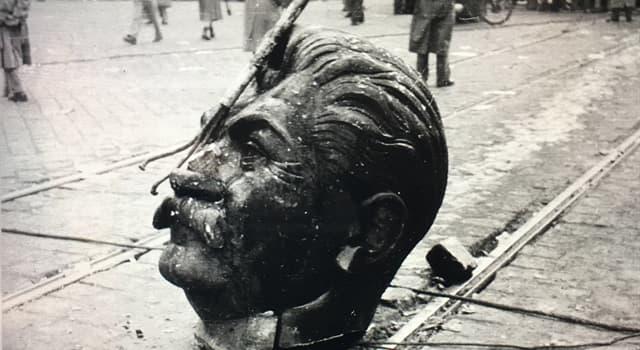 historia Pytanie-Ciekawostka: W której z tych stolic posąg Józefa Stalina został zburzony 23 października 1956 r.?