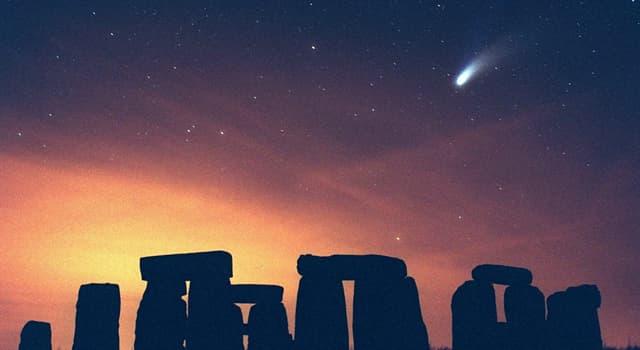 Наука Запитання-цікавинка: Комета Хейла - Боппа була видима неозброєним оком рекордний термін серед комет. А що це за термін?