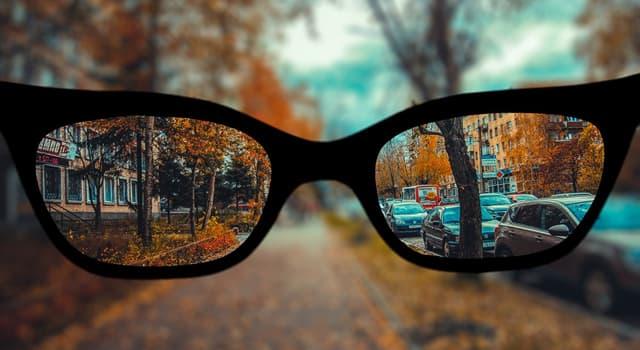 Наука Запитання-цікавинка: Що робить короткозорий людина, щоб краще розгледіти предмет далеко?