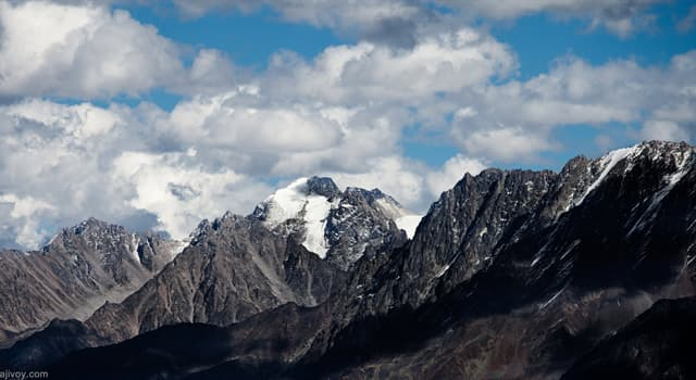 природа Запитання-цікавинка: Як називають найвищу точку гірського хребта?