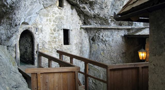 Kultur Wissensfrage: Wodurch ist die Burg Predjama bekannt?