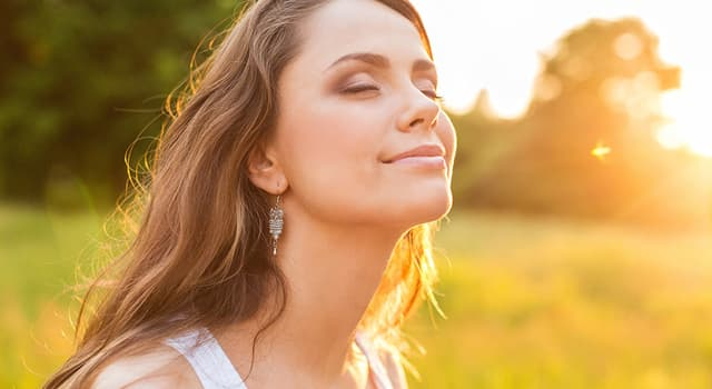 nauka Pytanie-Ciekawostka: Co pojawia się na twojej skórze, gdy Słońce aktywuje twoje melanocyty?