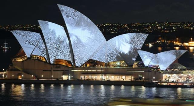Geografia Pytanie-Ciekawostka: Co się mieści w symbolicznym budynku w Sydney, w Australii?