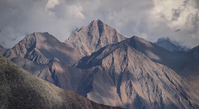 Географія Запитання-цікавинка: Яке поширене в Сибіру назва гірських вершин, що піднімаються вище верхньої межі лісу?
