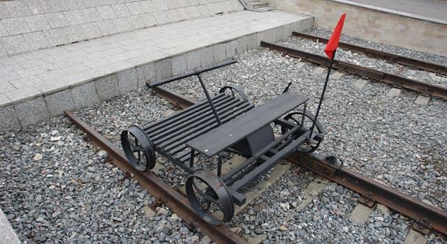 Суспільство Запитання-цікавинка: Як називається візок для поїздок працівників залізничного транспорту, пересувається по рейках?