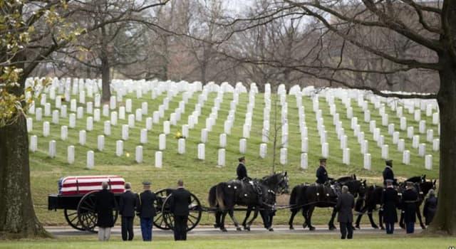 historia Pytanie-Ciekawostka: Kto był jedyną osobą, która urodziła się i została pochowana na Cmentarzu Narodowym w Arlington?