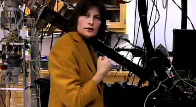 nauka Pytanie-Ciekawostka: W 2001 r. To, co profesor Lene Hau uczyniła w teorii Einsteina, było niemożliwe, co to było?