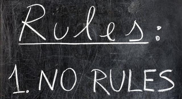 Gesellschaft Wissensfrage: Wie heißt eine politische Philosophie, die Herrschaft von Menschen über Menschen ablehnt?