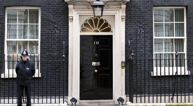 społeczeństwo Pytanie-Ciekawostka: Kto mieszka przy 10 Downing Street?