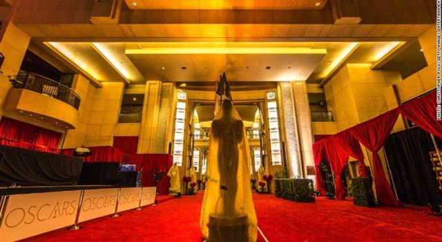 Film & Fernsehen Wissensfrage: Was hält die Oscar-Statuette in ihren Händen?