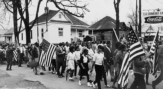 Geschichte Wissensfrage: Welche Bürgerrechtlerin war die erste, die sich weigerte, ihren Platz in einem Bus aufzugeben?