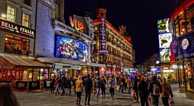 Film & Fernsehen Wissensfrage: Welcher Filmstar hat eine Statue von sich selbst am Leicester Square, London?