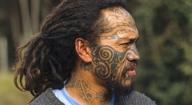 Kultur Wissensfrage: Welches Volk macht traditionell die dauerhafte Verzierung des Körpers und Gesichts?