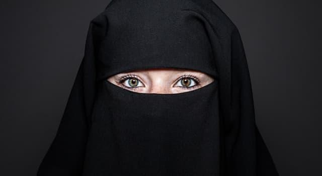 Культура Запитання-цікавинка: Як називається жіночий верхній одяг, що представляє собою традиційне вбрання жінок мусульманських країн?