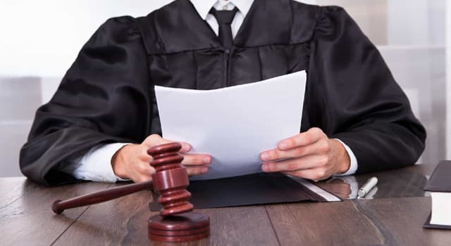 Sociedad Pregunta Trivia: ¿Cuál de las siguientes es una resolución judicial que absuelve o condena al acusado?