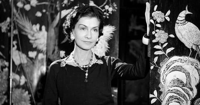 Gesellschaft Wissensfrage: Welches berühmte schwarze Kleidungsstück machte Modedesignerin Coco Chanel populär?