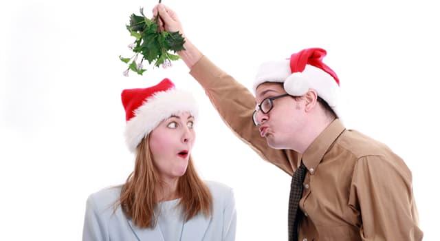 Cultura Pregunta Trivia: ¿Qué deben hacer dos personas que se encuentran bajo un muérdago, según una popular tradición de Navidad?