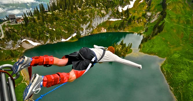 Deporte Pregunta Trivia: ¿En qué actividad los participantes se atan a una cuerda elástica y saltan hacia abajo?