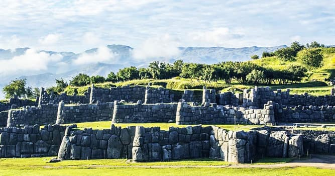 Cultura Pregunta Trivia: ¿Qué fortaleza se encuentra junto a los sitios arqueológicos de Qenqo, Puca Pucara y Tambomachay?