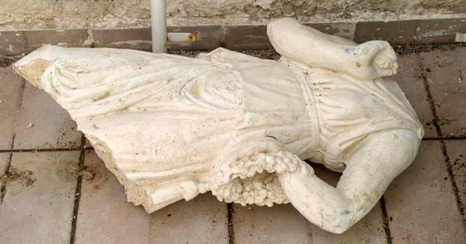 Historia Pregunta Trivia: ¿Qué famosa escultura fue parcialmente destruida en 1972 por un perturbado?