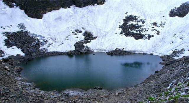 Naturaleza Pregunta Trivia: ¿Qué abunda en las aguas del lago Roopkund?
