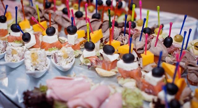 Общество Вопрос: Как называется совместный приём пищи, при котором приглашённые едят стоя и обслуживают себя самостоятельно?