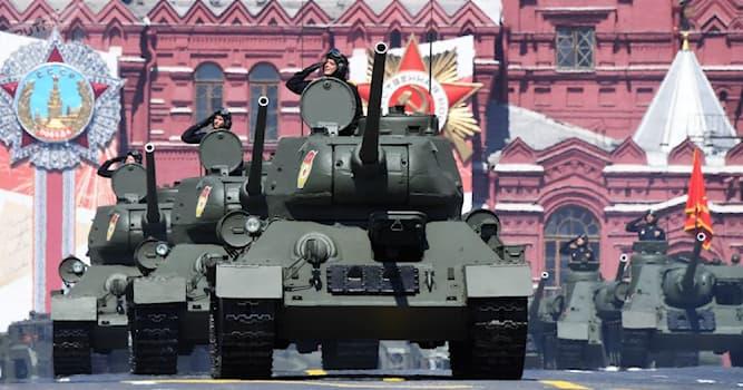 История Вопрос: Когда в современной России во время парада впервые на Красной площади участвовала тяжёлая военная техника?