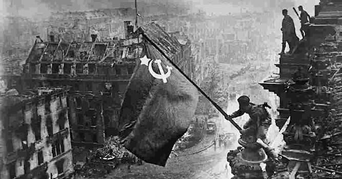История Вопрос: Кто из военных фотографов является автором знаменитой фотографии под названием «Знамя Победы над рейхстагом»?