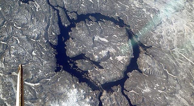 География Вопрос: На территории какой современной страны расположен ударный кратер Маникуаган?